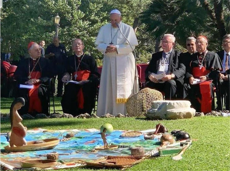 Cérémonie sacrilège dans les jardins du Vatican, le 4 octobre