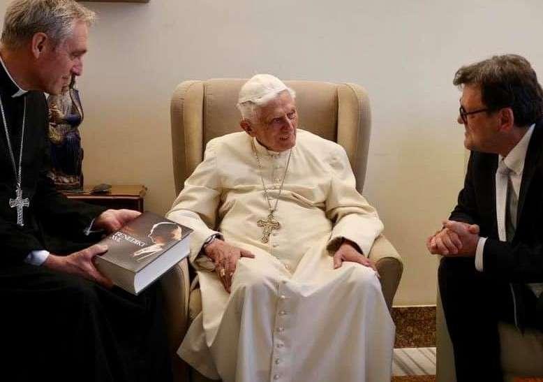Santé de Benoît XVI: les ratés de l'info-spectacle