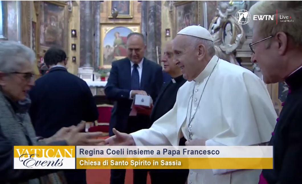 Incroyable… mais vrai: Le Pape défie la pandémie et laisse tomber les «gestes-barrière»